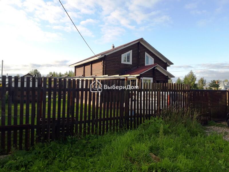 Загородный дом из бревна в деревне расположенной на берегу реки